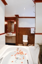 Liveaboards 88143313_orionbathroom640.jpg